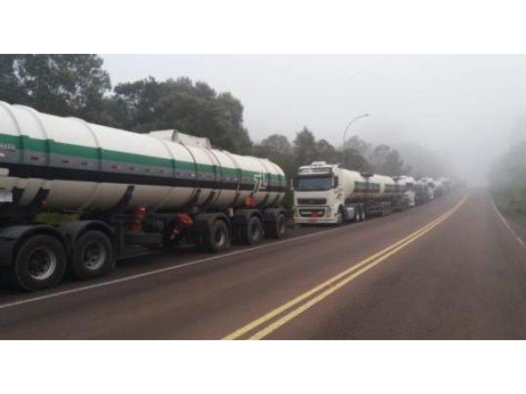 60 caminhões de combustíveis saem de Curitiba com destino a Cascavel