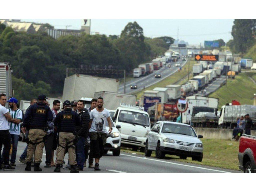 Carretas com combustível saem escoltadas para abastecer somente emergências